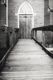 Gotisch-ähnlicher Holztür-Zugang durch eine Rampe Stockfoto