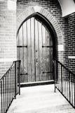 Gotisch-stijl Front Door van een Kerk Stock Foto