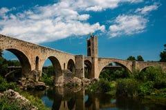 Gotische Brücke in Besalu Stockbilder