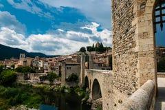Gotische Brücke mit Ansicht am mittelalterlichen Dorf Lizenzfreies Stockfoto