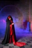 Gotische dame in middeleeuws kasteel Stock Foto