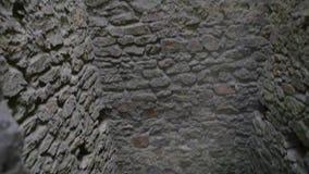 Gotische de kerkercel van de kasteeltoren met steenmuren stock video