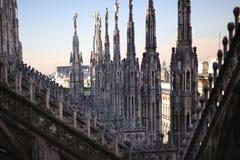 Gotische Details und Kontrolltürme über Spitzendach des Mailands Lizenzfreie Stockfotos