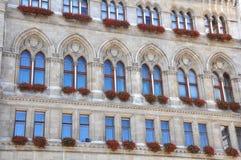 Gotische Fassade von Rathaus in Wien lizenzfreie stockfotografie