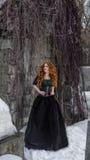 Gotische Frau im schwarzen Kleid lizenzfreie stockfotos