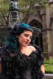 Gotische Frau mit Boa Stockfotografie
