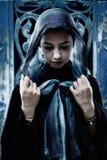 Gotische Frau mit Hauptschal stockbild