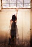 Gotische Frau unter raylight Lizenzfreie Stockfotos