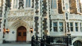 Gotische gestileerde de bouw de lichten houten deuren met poorten van de structuur dubbele ingang royalty-vrije stock fotografie