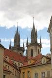 Gotische Helme der Kirche unserer Dame vor Tyn Stockbild