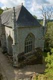 Gotische kerk in een bos stock fotografie
