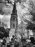 Gotische kerk en graven stock afbeelding