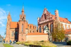 Gotische kerk van Heilige Anne en Kerk van Heilige Francis en Sint-bernard, Vilnius stock foto