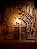 Gotische kerkdeur bij nacht Stock Afbeelding