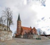 Gotische Kirche des roten Backsteins mit Glockenturm in alter Stadt Kaunas lizenzfreies stockfoto