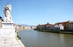 Gotische Kirche entlang Fluss Arno in italienischem Pisa Stockfotos