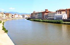 Gotische Kirche entlang Fluss Arno in Pisa, Italien Stockbilder