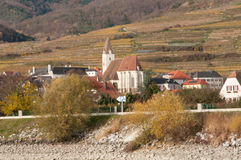 Gotische Kirche im Spitz von Niederösterreich, wie von der Donau gesehen Stockfoto