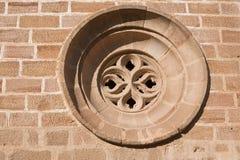 Gotische Occulus. Details van de voorzijde van de zijingang van de Kerk van Santa Maria stock afbeeldingen