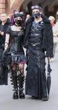 Gotische Paare mit Dracula-Augen an goth-festival2009 stockfotografie