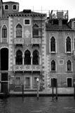 Gotische paleizen op Grand Canal van Venetië met mooie elegante raamindeling en Istrian-metselwerk Stock Fotografie