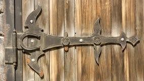 Gotische Schmiedeeisenelemente auf dem hölzernen Plankentor Stockbilder