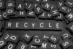 Gotische Schrift deckt die Rechtschreibung des Wortes u. des x22 mit Ziegeln; recycle& x22; lizenzfreies stockbild
