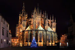 Gotische St Vitus Kathedraal op het Kasteel van Praag in de Nacht, Tsjechische Republiek Stock Afbeelding