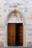 Gotische Tür von Santa Maria, San Daniele lizenzfreie stockbilder