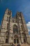 Gotische voorgevel van St Michael en St Gudula's Kathedraal en blauwe zonnige hemel in Brussel stock foto's