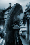 Gotische vrouw in begraafplaats Stock Foto's