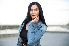 Gotische vrouw in het jeansjasje Royalty-vrije Stock Afbeeldingen