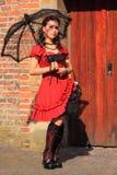 Gotische vrouw in rode kleding Stock Afbeelding