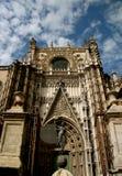 Gotischer Eingang der Sevilla-Kathedrale lizenzfreies stockbild