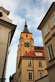 Gotischer Glockenturm in der Mitte von mittelalterlichem Prag, Tschechische Republik lizenzfreies stockbild