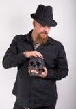 Gotischer Mann mit dem schwarzen Schädel Stockfotos