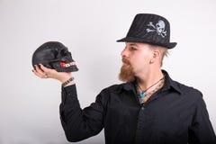 Gotischer Mann mit dem schwarzen Schädel Stockfoto