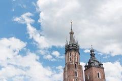 Gotischer Turm auf einem Hintergrund des blauen Himmels mit Wolken Lizenzfreie Stockbilder