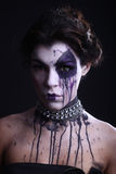 Gotisches ausdrucksvolles Mädchen auf einfachem Hintergrund Lizenzfreie Stockfotos