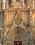 Gotisches Detail der Fassade und Tracery durch Haupteingangstor O stockfoto