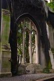 Gotisches Fenster in der schwarzen Wand und im Grabstein unter ihm Stockfotografie