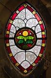Gotisches Fenster vom Buntglas Stockfotos
