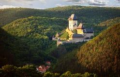 Gotisches königliches Schloss Karlstejn im schönen Abendlicht, Tschechische Republik Stockfotos
