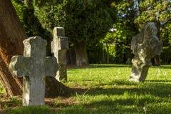 Gotisches Kreuz und Grab im Kirchhof an Heilig-Hubert-Kirche, Aubel Stockfoto