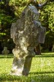 Gotisches Kreuz und Grab im Kirchhof an Heilig-Hubert-Kirche, Aubel Stockbilder
