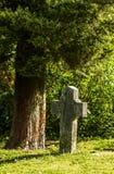 Gotisches Kreuz und Grab im Kirchhof an Heilig-Hubert-Kirche, Aubel Stockbild