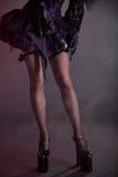 Gotisches Mädchen, das auf Strümpfe sich setzt lizenzfreie stockfotos