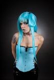 Gotisches Mädchen des Cyber in der blauen Vinylausstattung Lizenzfreies Stockbild