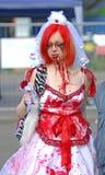 Gotisches Mädchen mit Blut im Gesicht am Festival stockfotografie