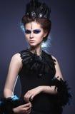Gotisches Mädchen mit einer Krone und einer Halskette der Feder Lizenzfreies Stockfoto